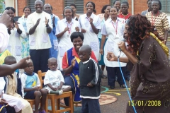 Kay visit AIDS Hospice in Uganda and sing for the children